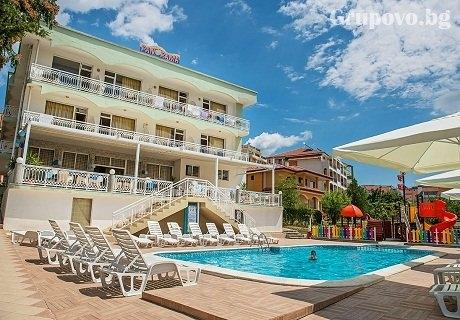 Цяло лято на 50м. от плажа в Свети Влас! Нощувка, закуска и вечеря + басейн от хотел Панорама***