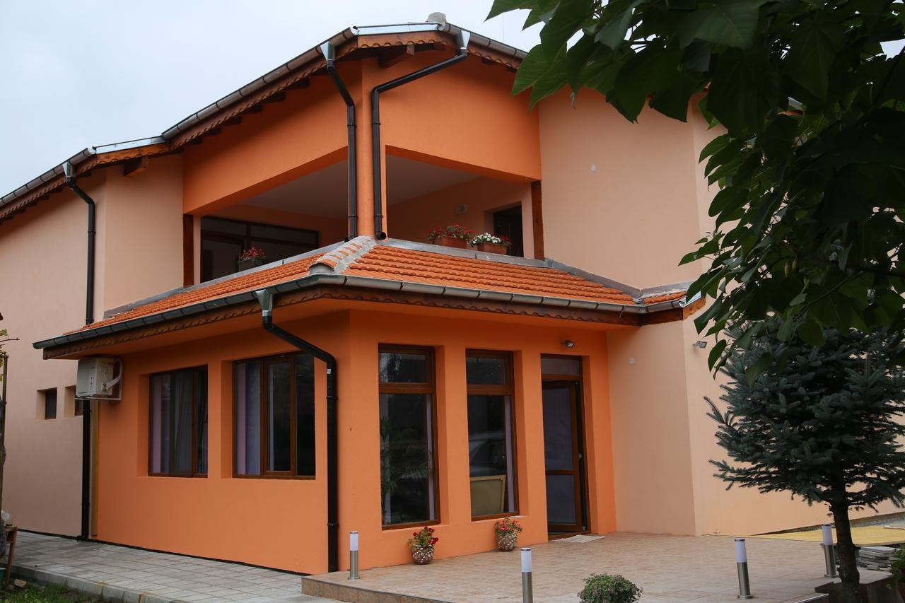 Нощувка за 16 човека в Павел Баня - къща за гости Симона с лятно барбекю, обширен двор и още!