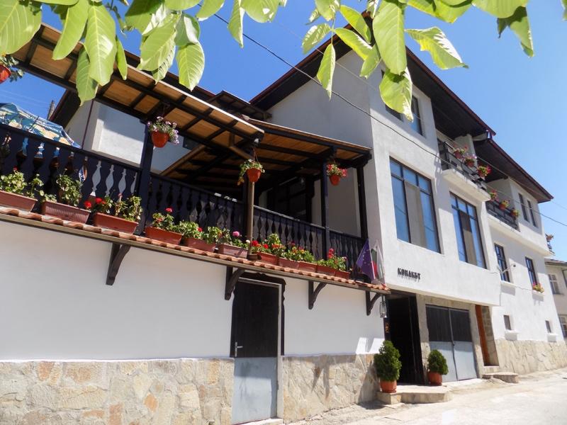 Нощувка за 16 човека край Чепеларе в къща за гости Конакът с лятно барбекю, градина и панорамна гледка- с. Орехово