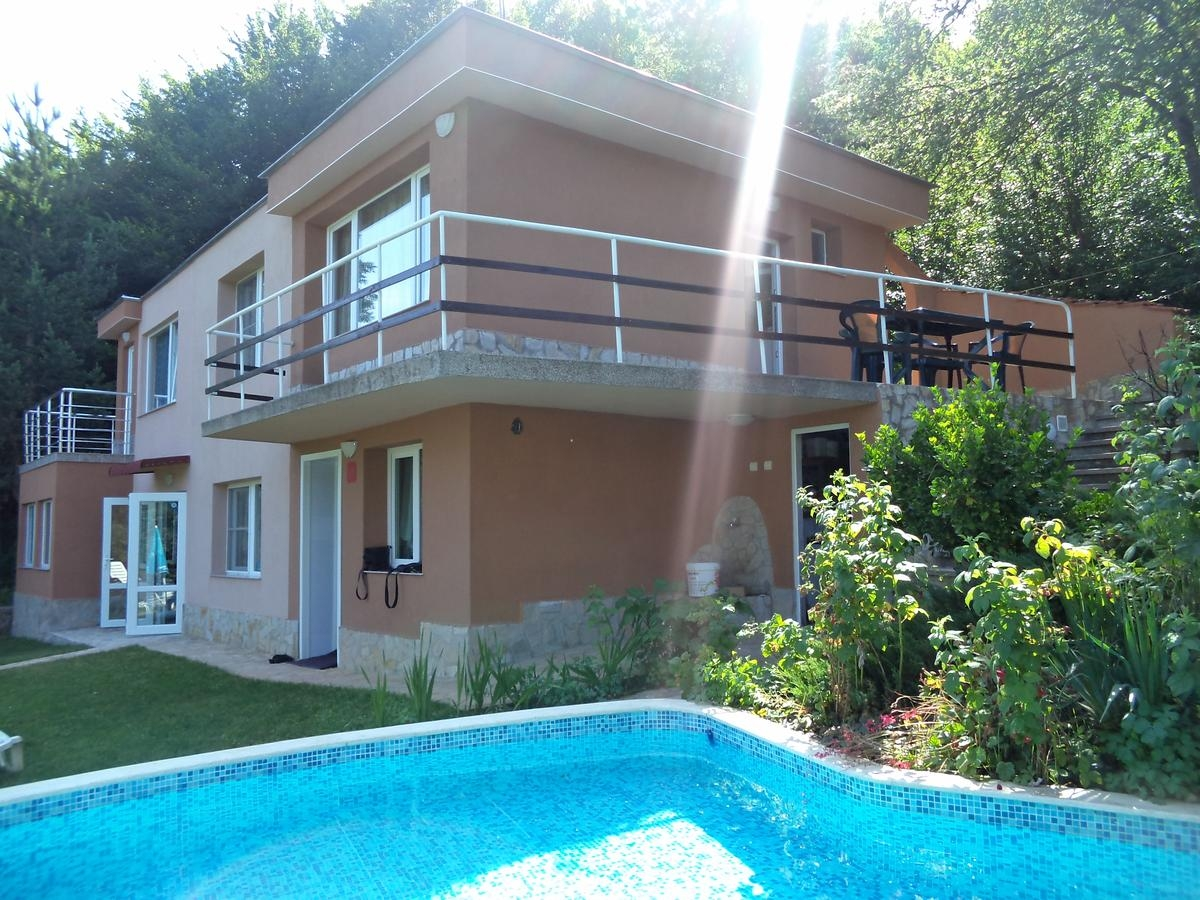 Нощувка за 8 + 4 човека в Правец - къща за гости Аква с басейн, собствена механа, лятно барбекю, двор и още!