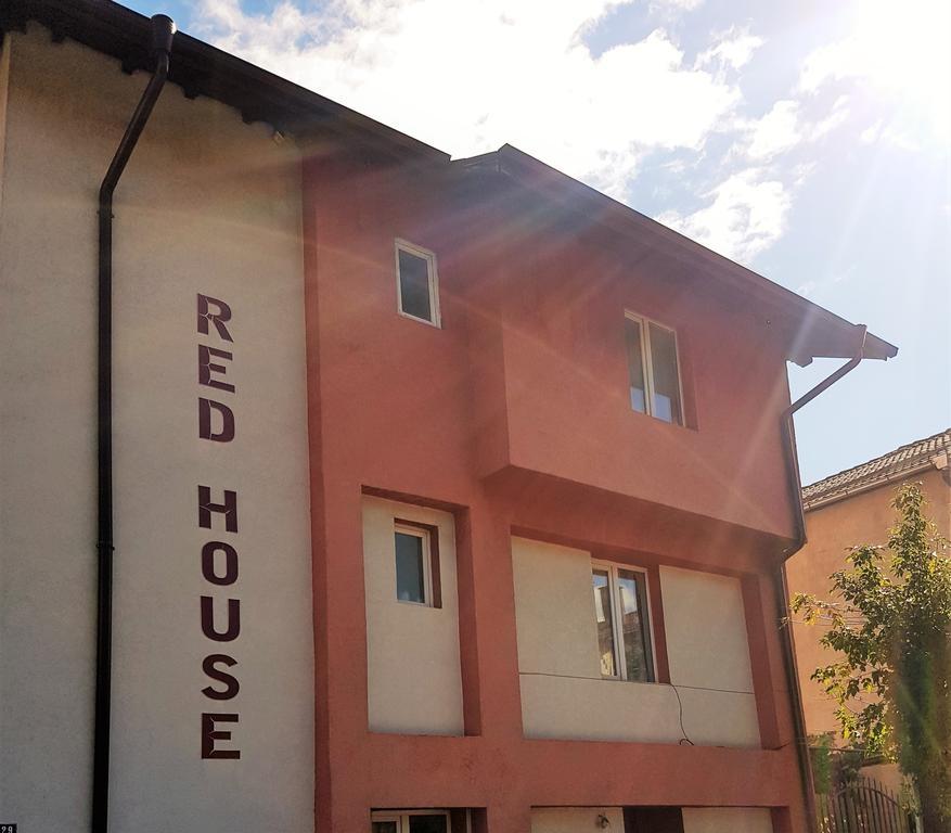 Нощувка за 16 + 4 човека в Банско! Къща за гости Ред Хаус със собствена механа, лятно барбекю и още!