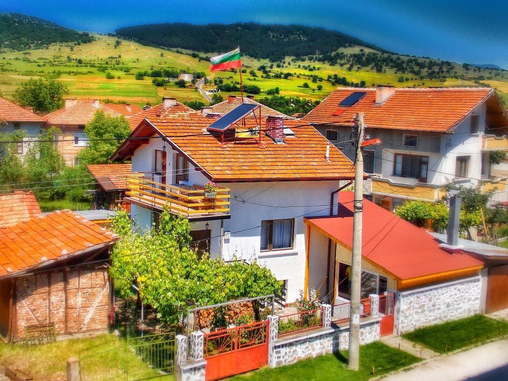 Нощувка за 14 човека край Велинград в къща за гости Доркос с барбекю, собствена механа, градина и още - с. Дорково