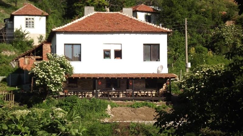 Нощувка за 12 човека край Кюстендил  в къща за гости Водопад Скакавица с лятно барбекю, озеленен двор и прекрасна гледка - с. Полска Скакавица
