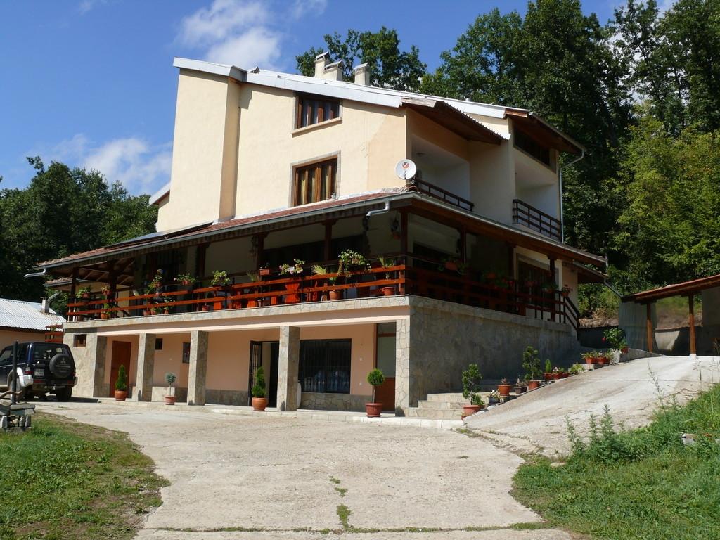 Нощувка за 16 + 4 човека край Троян в къща за гости Горски кът със закуска, собствена механа и озеленен двор - с. Врабево