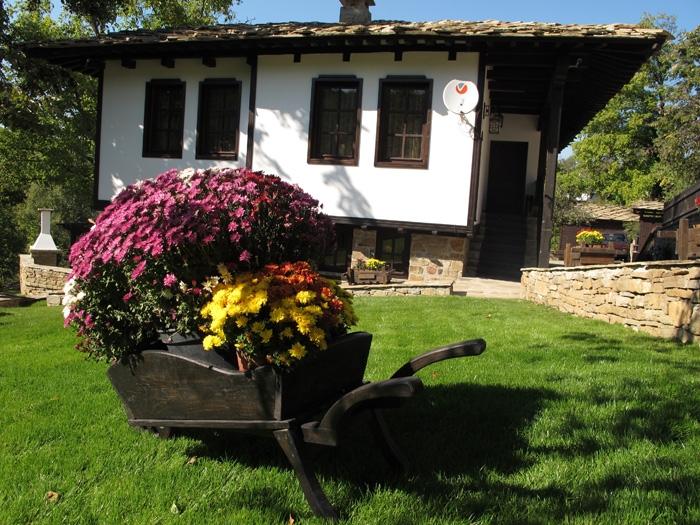 Нощувка за 10 + 3 човека в Боженци! Къщи за гости Тинтява и Невена със собствен ресторант и просторна цветна градина