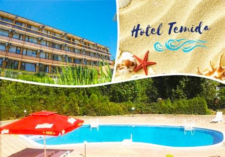 Лято в к.к. Чайка - Златни пясъци! Нощувка със закуска и вечеря + басейн в хотел Темида