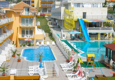 Топ сезон в Свети Влас на 100 метра от морето! Нощувка или нощувка със закуска + басейн с детска секция в хотел Санторини***