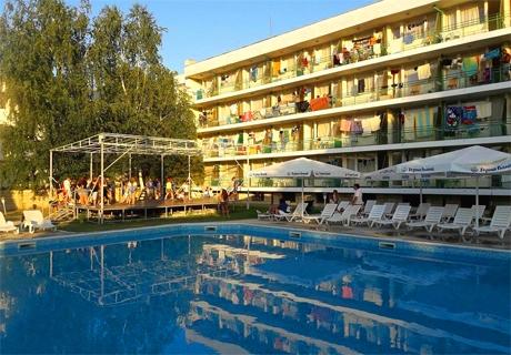 През Юли и Август в Кранево! Нощувка със или без изхранване + басейн от хотел Феста