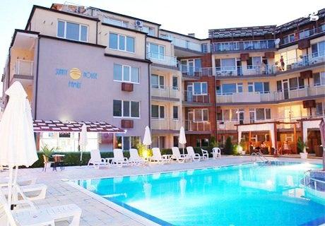 През Юли и Август в Несебър на 30 м. от плажа! Нощувка за до 4-ма + басейн на ТОП ЦЕНИ в хотел Съни Хаус Фемили
