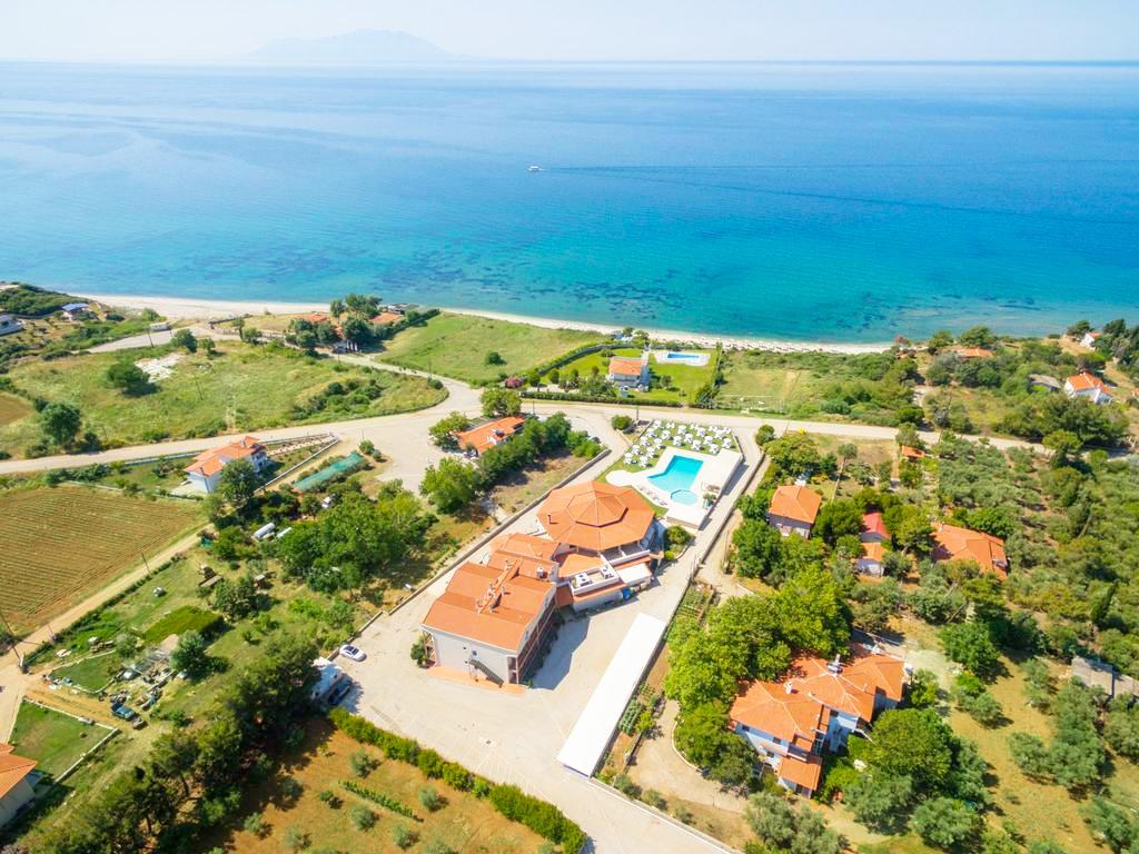 Last minute от 12.07 до 22.07 на 50м. от плажа в Марония, Гърция! Нощувка, закуска, вечеря + 2 басейна и анимация от хотел FilosXenia Ismaros**** ДЕЦА до 12г.. БЕЗПЛАТНО