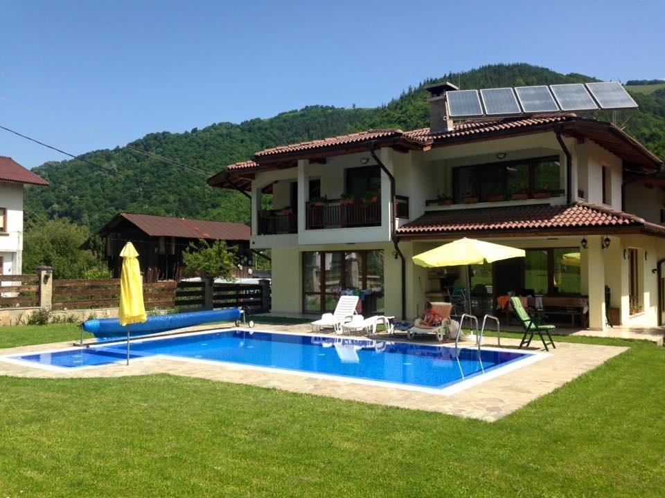 Нощувка за 11 човека в Рибарица в къща за гости Марина с басейн, сауна, барбекю, озеленен двор и още удобства!