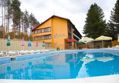 Релакс във Вонеща вода! Нощувка със закуска и вечеря + басейн в хотел Велиста
