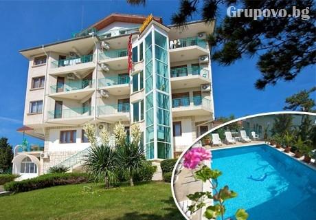 Нощувка със закуска за ДВАМА или ТРИМА + басейн в хотел Зора, Слънчев бряг