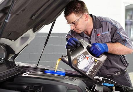 Смяна на масло ДВГ и маслен филтър от Автосервиз Auto BOX на специална цена от 4,99 лв !