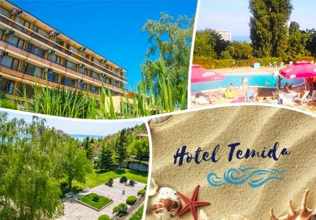 Късно лято в к.к. Чайка - Златни пясъци! Нощувка + басейн само за 12 лв. в хотел Темида