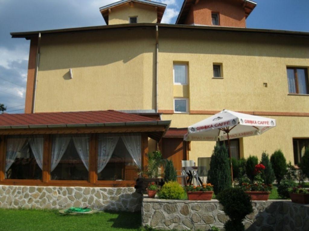 Нощувка за 29 човека със закуска в Говедарци - къщи за гости Стаменови с механа и камина