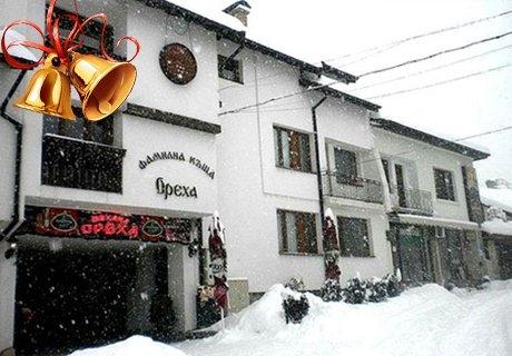 Празничен куверт за Нова Година + жива музика в механа Ореха, Банско!