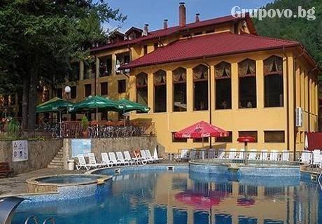 Делник за ДВАМА в с. Чифлик! Нощувка със закуска, обяд и вечеря + минерален басейн и релакс пакет от хотел Балкан