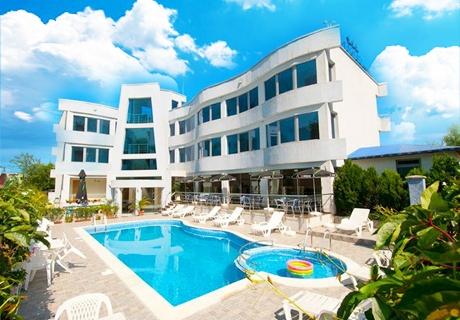 Цяло лято в Лозенец на ТОП ЦЕНИ! Нощувка на човек със закуска и вечеря + басейн в хотел Ариана.