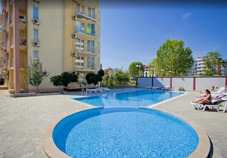 През юни в Слънчев бряг! Нощувка със закуска, обяд и вечеря на човек + басейн в Апарт – Хотел Палм Корт Крим - на 150м. от плажа!
