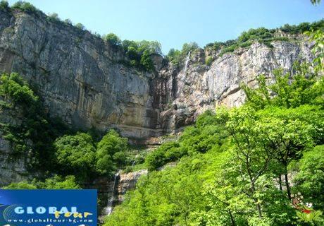 Изкачете се по Вазовата еко пътека до красивия водопад Скаклия, посетете скалата Злия камък, от която Вазовият дядо Йоцо е видял първия влак по Искърското дефиле и се разходете из красивия манастир Седемте престола само за 16 лв.