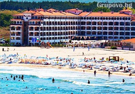 До 25 Юни на брега на морето в Царево! Нощувка за до шестима + басейн в хотел Реджина Бийч
