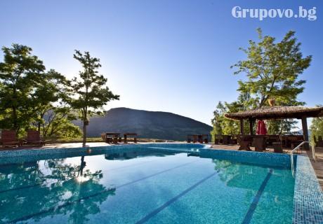 Юли в Родопите. Нощувка, закуска и вечеря + външен басейн и СПА в Планински Изглед****