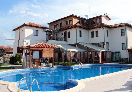 СПА почивка в Родопите. Нощувка със закуски + закрит басейн и топло джакузи в Комплекс Флора