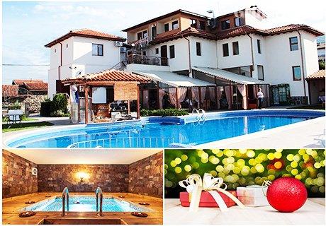 Коледа в Родопите. 2 нощувки, 2 закуски 2 вечери, едната празнична + топъл басейн, горещо джакузи, сауна и парна баня в Комплекс Флора