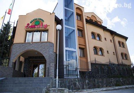 Коледа в хотел Емали Грийн, Сапарева Баня! 3 нощувки със закуски и вечери (две празнични) + релакс зона с МИНЕРАЛНА вода