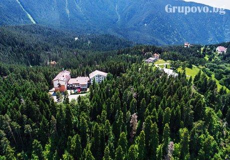 Ски уикенд в Паничище! Нощувка със закуска и вечеря + джакузи, релакс зона и собствена ски писта само за 35 лв. в хотел Планински езера