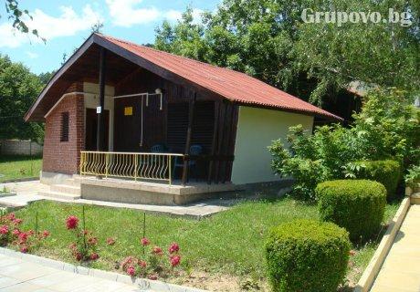 Къщичка за четирима в комплекс Асеневци до Габрово с барбекю, сауна и обширен двор.