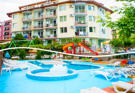 Лято в Равда, на 150 метра от южния плаж! Нощувка със закуска, обяд и вечеря + напитки, басейн и детски кът от хотел Кристал