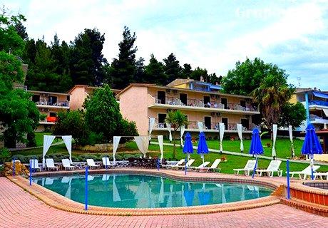 Май в Халкидики, Гърция на 100м. от плажа. 3 нощувки, 3 закуски, 3 вечери + басейн в хотел Jenny. Две деца до 16г. - безплатно