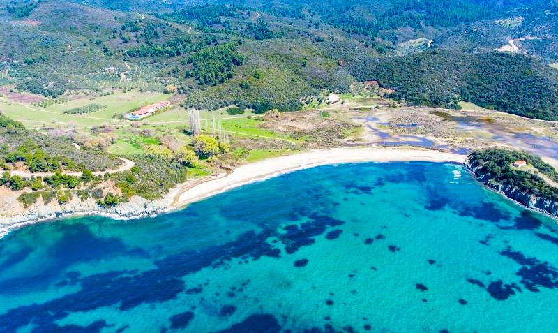 Цяло лято край Торони, Гърция на 150м. от плажа! Нощувка със закуска и вечеря + басейн от хотел Azapiko Blue Sea