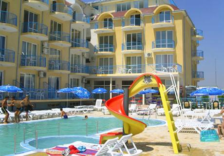 От 1 до 15 Септември на 50м. от плажа! Нощувка, закуска, обяд* и вечеря + басейн в Хотел ХИТ, Равда