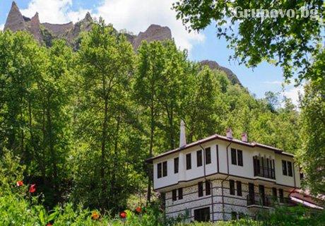 Майски празници в Мелник! 2 нощувки със закуски и 1 вечеря в хотел Речен Рай